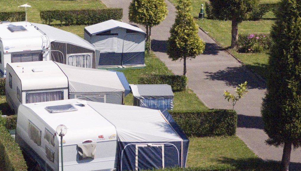 Vista de las parcelas del Camping Villaviciosa en Asturias